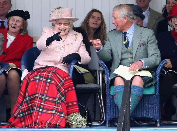 Королева Великобритании Елизавета II и её сын, принц Чарльз, 7 сентября 2013 года посетили игры шотландских горцев в Бремаре (Шотландия) 7 сентября 2013 года. Фото: Chris Jackson/Getty Images