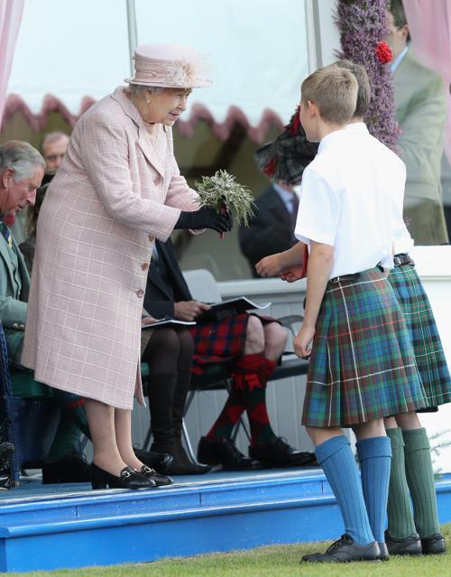 Королева Великобритании Елизавета II 7 сентября 2013 года посетила игры шотландских горцев в Бремаре (Шотландия) 7 сентября 2013 года. Фото: Chris Jackson/Getty Images