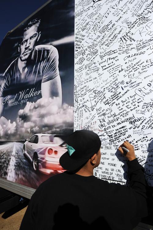 Мемориальную стену открыли фанаты 8 декабря в память об актёре Поле Уокере, погибшем в автокатастрофе 30 ноября. Фото: Valerie Macon/Getty Images