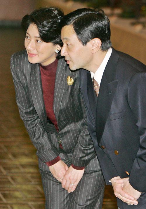 Японская принцесса Масако и наследный принц Нарухито на выставке бонсай в музее Токио 16 февраля 2006 года. Фото: Kazuhiro NOGI / AFP / Getty Images