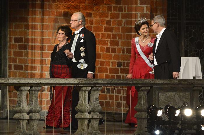 Королева Швеции Сильвия и король Карл XVI Густав посетили банкет в Стокгольмской ратуше 10 декабря 2013 года после вручения Нобелевской премии 2013. Фото: Pascal Le Segretain/Getty Images