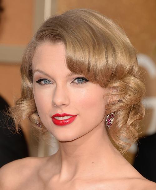 Певица Тейлор Свифт продемонстрировала модный макияж, причёску и украшение на церемонии вручения кинопремии «Золотой глобус» 12 января в Беверли-Хиллз. Фото: Jason Merritt/Getty Images