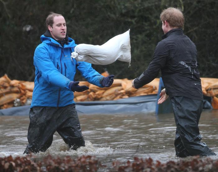 Принцы Великобритании Уильям и Гарри помогли военным защитить от наводнения здания в деревне Дэтчер 14 февраля 2014 года. Фото: Peter Macdiarmid/Getty Images