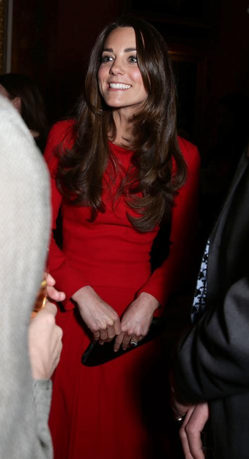 Герцогиня Кембриджская Кэтрин сопроводила британскую королеву Елизавету II на приёме в Букингемском дворце 17 февраля 2014 года. Фото: Yui Mok - WPA Pool/Getty Images