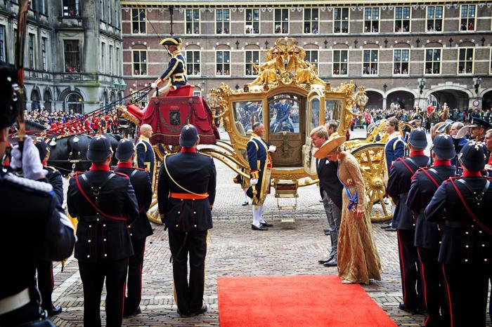 Король Нидерландов Виллем-Александр и королева Максима прибыли на торжественное  мероприятие открытия сессии парламента 17 сентября 2013 года в Гааге. Фото: Michel Porro/Getty Images