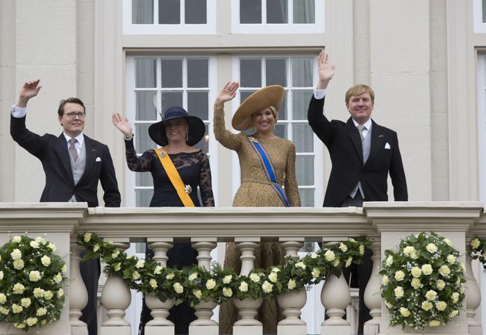 Король Нидерландов Виллем-Александр, королева Максима, младший брат короля принц Константин с супругой принцессой Лорентин на торжественном мероприятии открытия сессии парламента в Нидерландах в День принца 16 сентября 2013 года. Фото: Michel Porro/Getty Images
