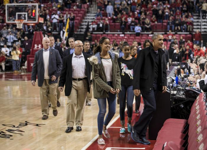 Президент США Барак Обама с супругой Мишель и дочерьми Малией и Сашей посетили баскетбольный матч 17 ноября 2013 года. Фото: BRENDAN SMIALOWSKI/AFP/Getty Images