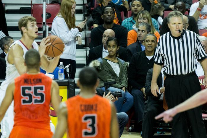 Президент США Барак Обама с супругой Мишель и дочерьми Малией и Сашей посетили баскетбольный матч 17 ноября 2013 года. Фото: Drew Angerer/Getty Images