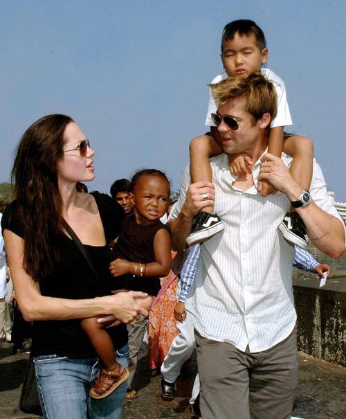 Анджелина Джоли с дочерью Захарой и Брэд Питт с сыном Мэддоксом 12 ноября 2006 года. Фото: STR / AFP / Getty Images