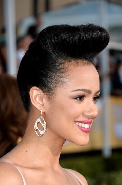 Натали Эммануэль продемонстрировала причёску во время церемонии вручения премии Гильдии киноактёров США 2014. Фото: Alberto E. Rodriguez/Getty Images
