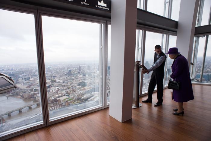 Английская королева Елизавета II посетила 21 ноября 2013 года вместе с супругом, герцогом Филиппом небоскрёб «Осколок», который является самым высоким строением в Европе и имеет высоту 310 метров. Фото: Stefan Rousseau - WPA Pool /Getty Images