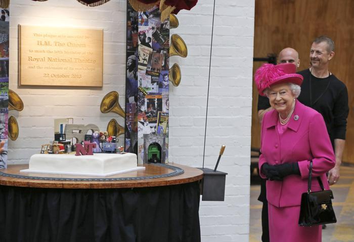 Королева Великобритании Елизавета II открыла мемориальную доску в день 50-летия Национального театра в Лондоне 22 октября 2013 года. Фото: Lefteris Pitarakis - WPA Pool/Getty Images