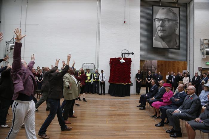 Коллектив театра исполнил британским монархам песню из мюзикла «Парни и куклы» в день 50-летия Национального театра в Лондоне 22 октября 2013 года. Фото: Lefteris Pitarakis - WPA Pool/Getty Images