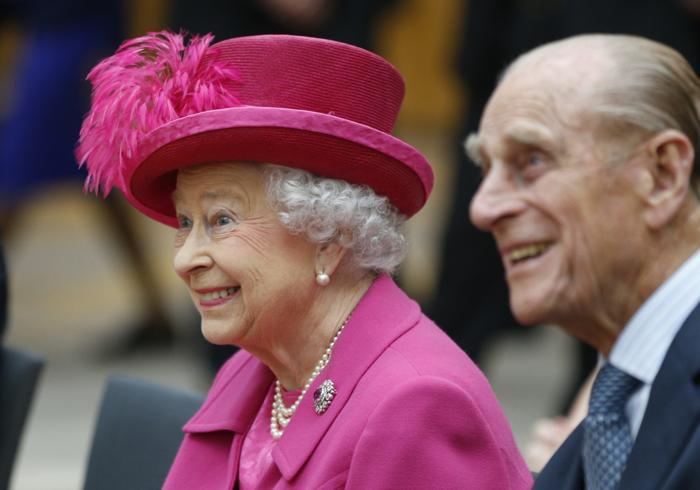 Королева Великобритании Елизавета II и её супруг, принц Филипп, герцог Эдинбургский, посетили Национальный театр в Лондоне в честь его 50-летия 22 октября 2013 года. Фото: Lefteris Pitarakis - WPA Pool/Getty Images