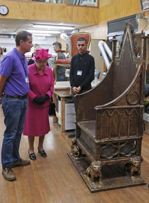 Королева Великобритании Елизавета II посетила мастерскую Национального театра в Лондоне 22 октября 2013 года в день его 50-летия 22 октября 2013 года. Фото: Lefteris Pitarakis - WPA Pool/Getty Images