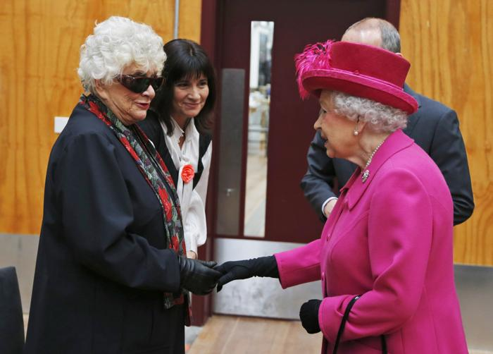 Во время визита в театр королева Великобритании Елизавета II встретила леди Оливье, вдову сэра Лоуренса Оливье 22 октября 2013 года. Фото: Lefteris Pitarakis - WPA Pool/Getty Images