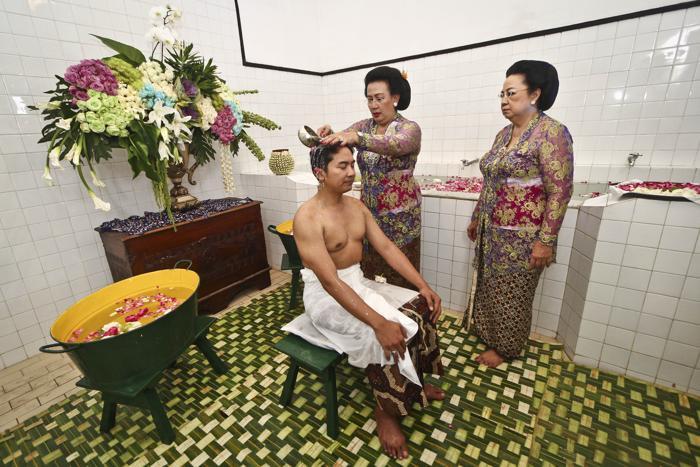 Ритуал омовения жениха на церемонии бракосочетания четвёртой дочери султана Джокьякарты во дворце Кратон, известном как Абди Далем, 21 октября 2013 года. Фото: Noveradika — Antara Pool/Getty Images