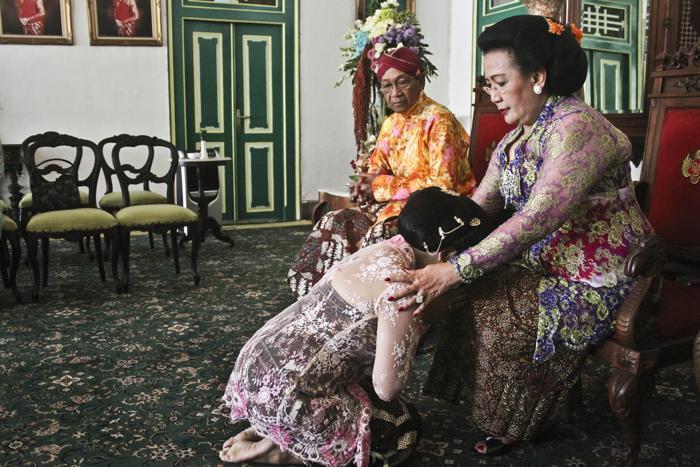 Четвёртая дочь султана Джокьякарты на острове Ява, 29-летняя принцесса Густи Рату Кандженг Хаи (Gusti Ratu Kanjeng Hayu) просит благословение на замужество у родителей 21 октября 2013 года. Фото: Regina Safri — Antara Pool/Getty Images