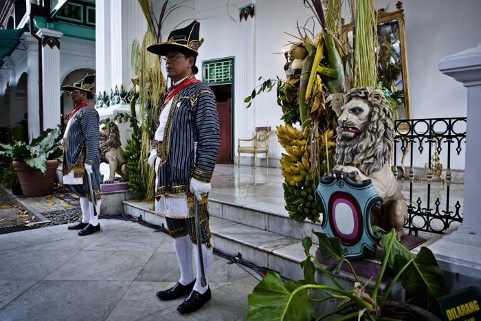 Волонтёры дворца Кратон, известного как Абди Далем, 22 октября 2013 года охраняют дворец во время свадьбы четвёртой дочери султана Джокьякарты (на острове Ява), 29-летней принцессы Густи Рату Кандженг Хаи (Gusti Ratu Kanjeng Hayu). Фото: Ulet Ifansasti / Getty Images