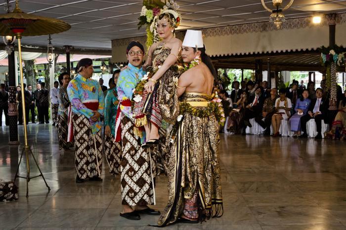 Церемония бракосочетания четвёртой дочери султана Джокьякарты (на острове Ява), 29-летней принцессы Густи Рату Кандженг Хаи (Gusti Ratu Kanjeng Hayu) и 39-летнего работника ООН 22 октября 2013 года. Фото: Ulet Ifansasti / Getty Images
