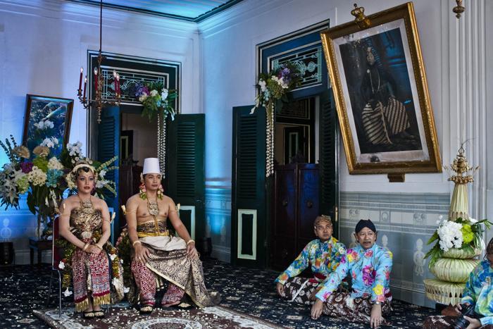 Султанская семья позирует для фото с новобрачными, четвёртой дочерью султана, 29-летней принцессой Густи Рату Кандженг Хаи (Gusti Ratu Kanjeng Hayu) и её супругом, 39-летним работником  ООН 22 октября 2013 года. Фото: Ulet Ifansasti / Getty Images