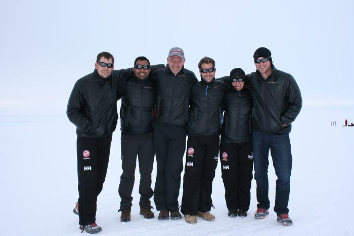 Английский принц Гарри (справа) прибыл 22 ноября 2013 года на базу «Ново» в Антарктиде в составе экспедиции на Южный полюс. Фото: WWTW via Getty Images
