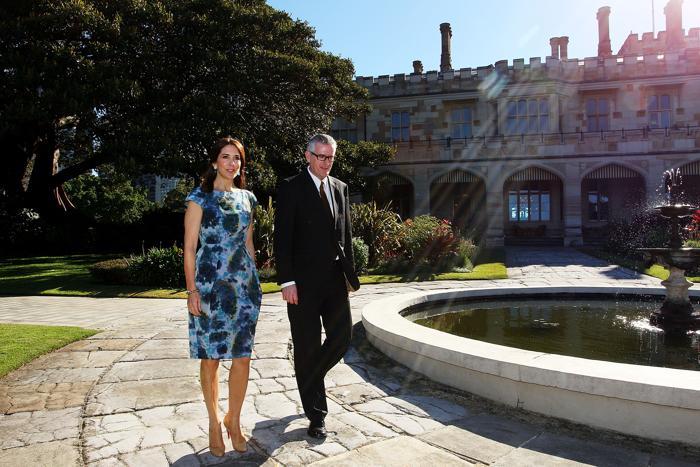 Кронпринцесса Мэри и Кристофер Салливан в саду Дома правительства Сиднея в ходе поездки датских королевских особ в Австралию в честь 40-летия Сиднейского оперного театра 23 октября 2013 года. Фото: Lisa Maree Williams / Getty Images