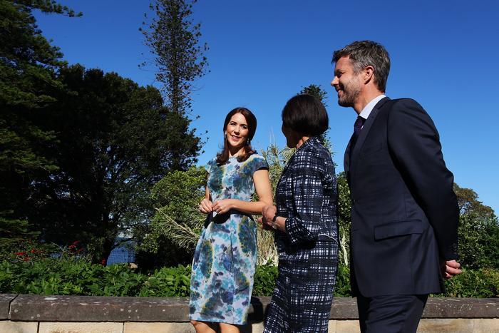 Губернатор штата Новый Южный Уэльс, профессор Мари Башир (ц) гуляет по саду Дома правительства с наследным принцем Фредериком (п) и кронпринцессой Дании Мэри 23 октября 2013 года. Фото: Lisa Maree Williams / Getty Images