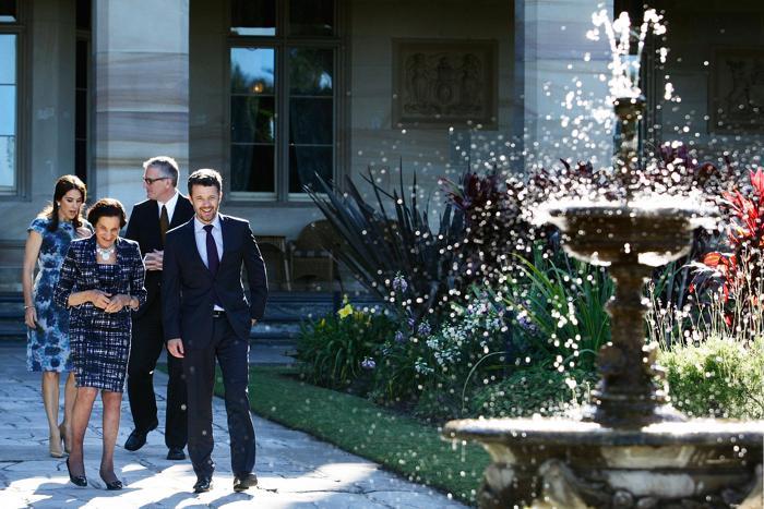 Губернатор штата Новый Южный Уэльс, профессор Мари Башир (ц) гуляет по саду Дома правительства с наследным принцем Фредериком (п), кронпринцессой Дании Мэри и Кристофером Салливаном 23 октября 2013 года. Фото: Lisa Maree Williams / Getty Images