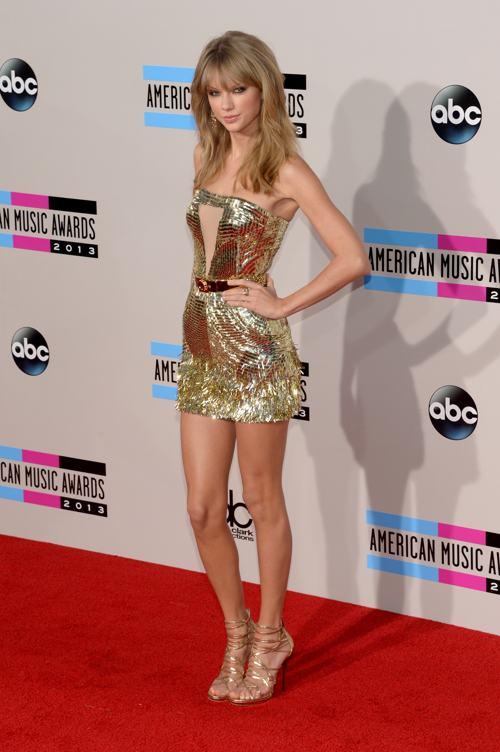 Певица Тейлор Свифт прибыла 24 ноября 2013 года на вручение престижной американской премии в области музыки American Music Awards в Лос-Анджелесе. Фото: Jason Kempin/Getty Images