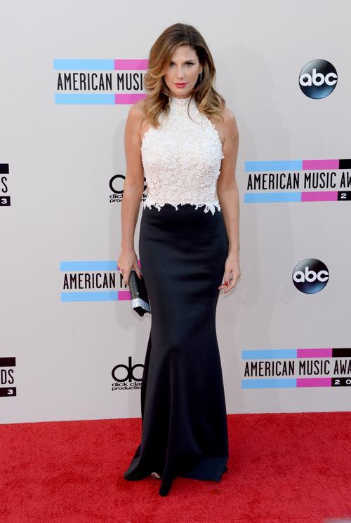 Телеведущая Дэйзи Фуэнтес прибыла 24 ноября 2013 года на вручение престижной американской премии в области музыки American Music Awards в Лос-Анджелесе. Фото: Jason Kempin/Getty Images