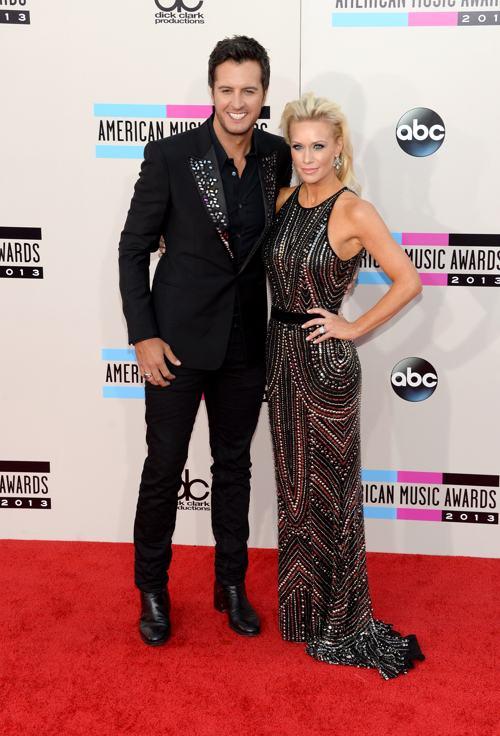 Певец Люк Брайан и его жена Кэролайн прибыли 24 ноября 2013 года на вручение престижной американской премии в области музыки American Music Awards в Лос-Анджелесе. Фото: Jason Kempin/Getty Images