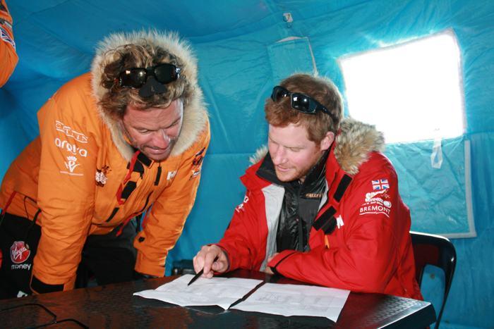 Принц Гарри проводит предварительные расчёты перед началом экспедиции на Южный полюс в Антарктиде 23 ноября 2013 года. Фото: WWTW via Getty Images