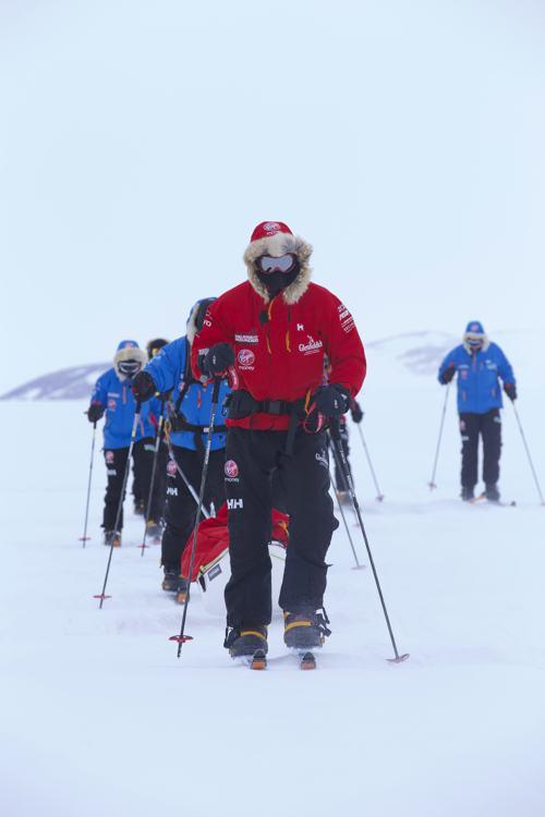 Принц Гарри начал 25 ноября 2013 года вместе с 12 военными ветеранами благотворительную экспедицию на Южный полюс, которая продлится 16 дней. Группа планирует преодолеть 335 километров пути. Фото: WWTW via Getty Images