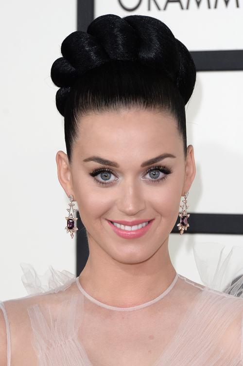 Кэти Перри продемонстрировала модную причёску и аксессуары на церемонии вручения премии «Грэмми» в США 26 января 2014 года. Фото: Jason Merritt/Getty Images