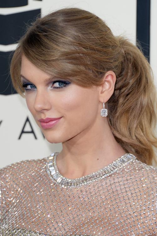 Тейлор Свифт продемонстрировала модную причёску и аксессуары на церемонии вручения премии «Грэмми» в США 26 января 2014 года. Фото: Jason Merritt/Getty Images