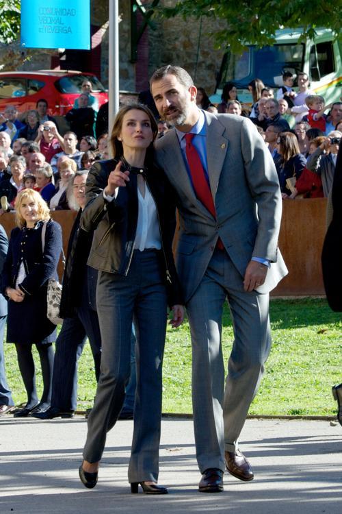 Принц Фелипе, наследник испанского трона, и его супруга, принцесса Летиция прибыли 27 октября 2013 года в деревню Теверга, которая была признана лучшей в княжестве Астурия в 2013 году. Фото: Carlos Alvarez / Getty Images