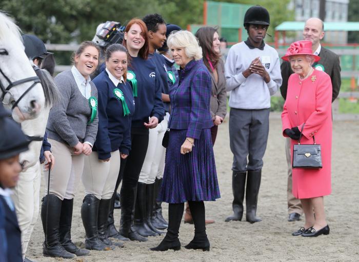 Королева Елизавета II и герцогиня Корнуолла Камилла посетили 29 октября 2013 года Конный клуб и центр верховой езды Лондона. Фото: Chris Jackson / Getty Images