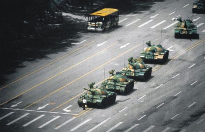 5 июня 1989 г. Студент своим телом пытается остановить колонну танков. В еженедельнике «Эра» этого студента назвали выдающимся человеком нашей эпохи. Но мы не знаем кто он, как его имя и где он сейчас.  Фото: 64memo.com