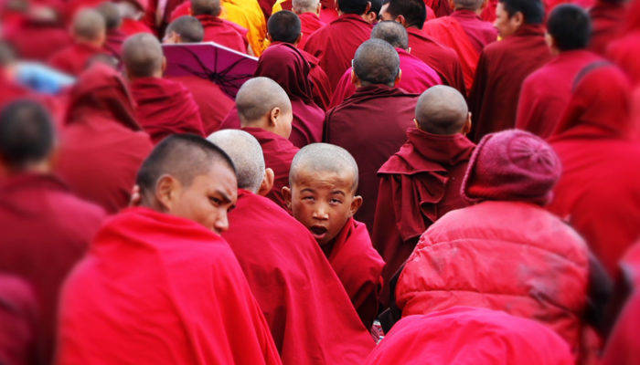 Фотографии Далай-ламы раздают тибетцам представители китайских властей. Возможно, это очередной подвох компартии