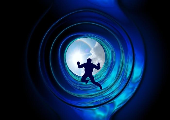 засасывает в туннель