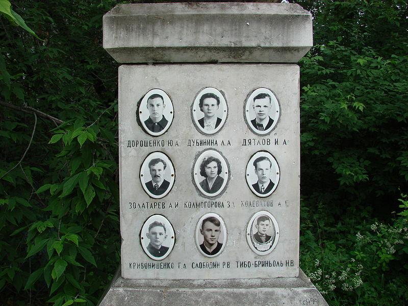 Фото членов тургруппы на памятнике.