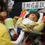 Китайская девочка, ставшая инвалидом в результате применения некачественной вакцины. Фото: The Epoch Times