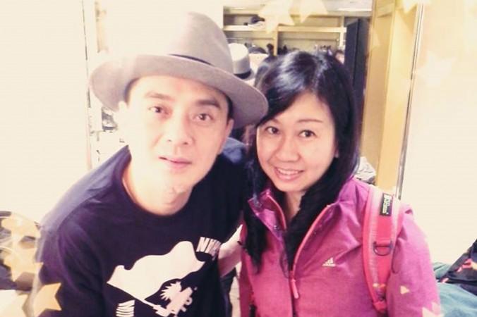 Гонконгская поп-звезда Энтони Вон Иу-мин поблагодарил Альпаис Лам Вай-цзе и Дженни Нг Пуй-ин за их поддержку прав человека. Фото: Internet photo