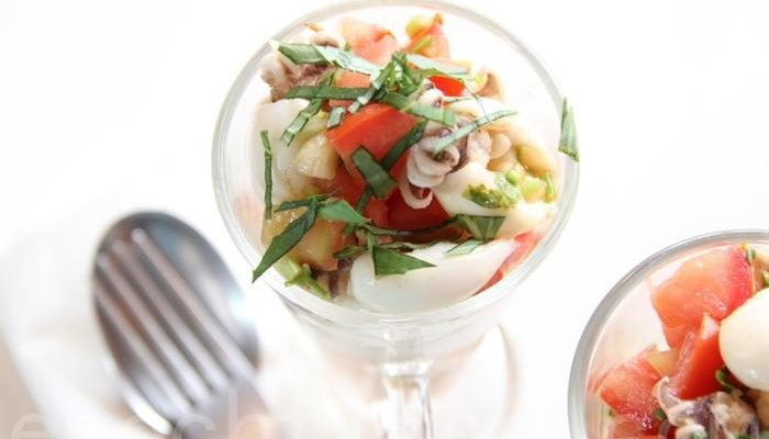 Кисловато-острый средиземноморский салат из маленьких кальмаров
