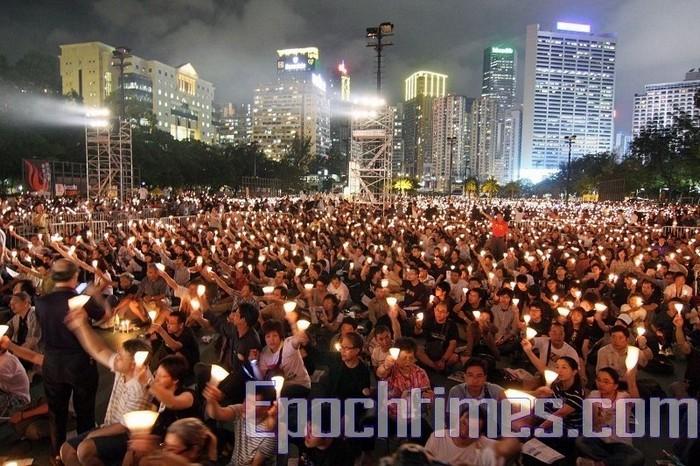 Десятки тысяч жителей Гонконга традиционно отмечают очередную годовщину со дня кровавого подавления студентов на площади Тяньаньмэнь. Фото: The Epoch Times