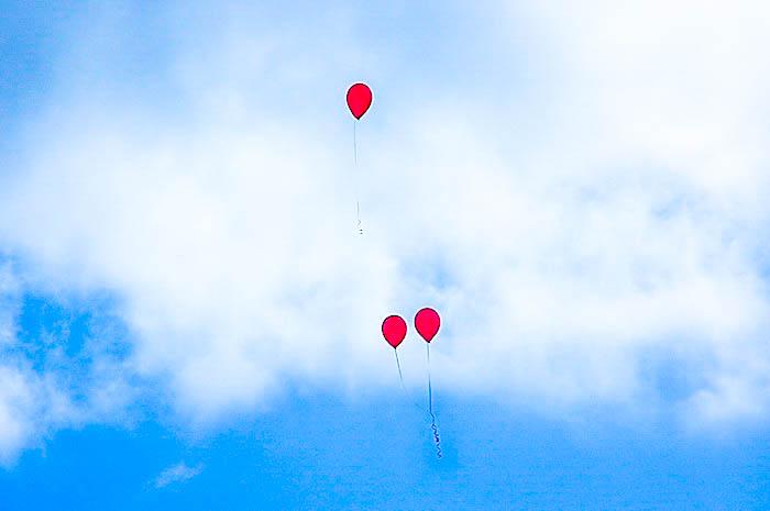 """""""...по свежему весеннему небу летят несколько разноцветных шариков"""". Фото: Екатерина Кравцова/Великая Эпоха (The Epoch Times)"""