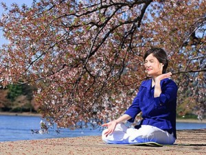 Женщина выполняет медитацию Фалуньгун. Фото: Jeff Nenarella/Epoch Times