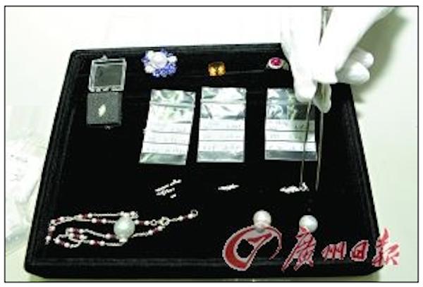 Житель Японии пытался провезти из Гонконга 7443 бриллианта и 10 украшений через границу в материковый Китай, спрятав их в трусах. Фото:Screenshot/Guangzhou Daily