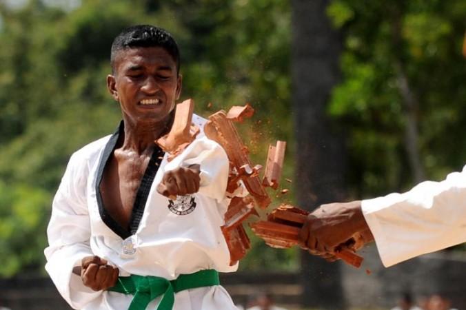 В восточных боевых искусствах используются движения, которые мы применяем в повседневной жизни. Фото: *Getty Images